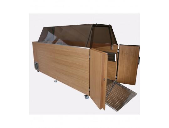 Aufbahrungs-Kühlvitrine zur Aufnahme eines Bahrwagens samt Sarg