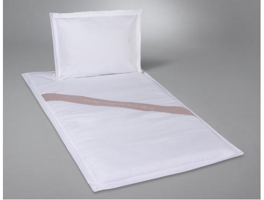 Deckengarnitur aus Baumwolle weiß mit Text gestickt auf Lodenband quer
